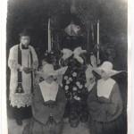 Don Giovanni – fratello di sr. Marta e due consorelle alla tomba della Beata