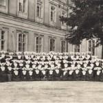 Gruppo delle Figlie della Carità davanti all'ospedale a Leopoli