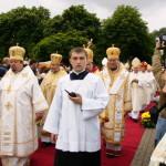 Biskupi obrządku greko-katolickiego w procesji na wejście