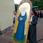 Grekokatolickie Siostry Miłosierdzia ze Lwowa niosą w darze ikonę Marty Wieckiej napisaną przez znanych lwowskich twórców, Lwa i Andrzeja Demianczuków