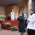Przełożona Generalna sióstr miłosierdzia - S. Evelyne Franc w procesji z relikwiami Błog. Marty Wieckiej