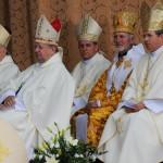 Kardynałowie i biskupi na podium ołtarza polowego