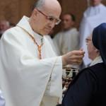 Kard. Tarcisio Bertone udziela komunii św. siostrze Felicycie Błędzkiej ze spokrewnionej z błog. Martą rodziny Kupperów