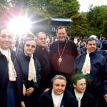 Przełożony Generalny Zgromadzenia Misji i Sióstr Miłosierdzia o. Gregory Gay CM i Bp Milan Sasik CM (po prawej) administrator apostolski greckokatolickiej eparchii w Mukaczewie na Ukrainie, wraz z grupą szarytek