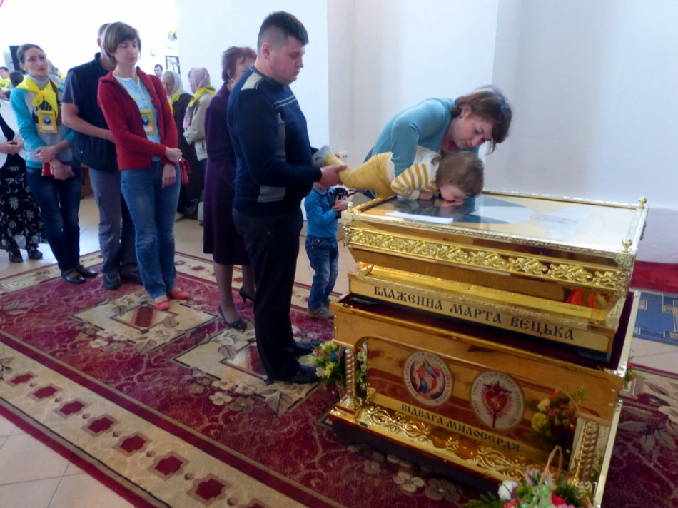 The veneration of Blessed Marta's relics from a family